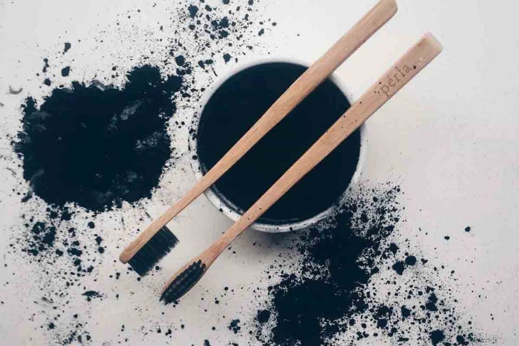 does activated charcoal helps to whiten teeth