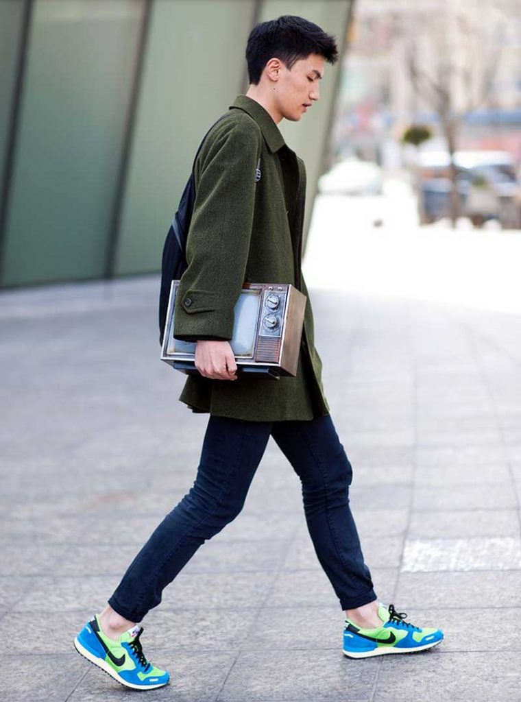 Style Guide To Wear Sneakers In College For Men
